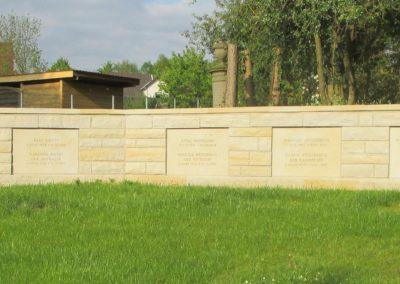 Natursteinmauer mit Schriftplatten